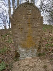 Tu odpočíva starý muž, ktorý prežil veľa dní, šiel stále správnou cestou, náš učiteľ, rabín Chaim,syn rabína Moše Ahrona - 13.09.1820 TNCA = nech jeho duša dosiahne požehnania na pomedzí života