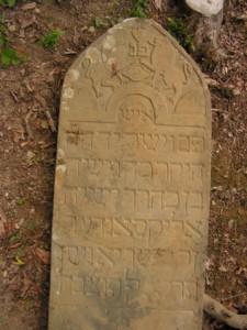 Tu odpočíva rabín Alexander Ješiaja, muž šľachetný a spravodlivý, 02.04.1871. TNCA