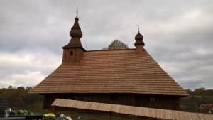 Obnovená časť drevenej ohrady chrámu v roku 2016